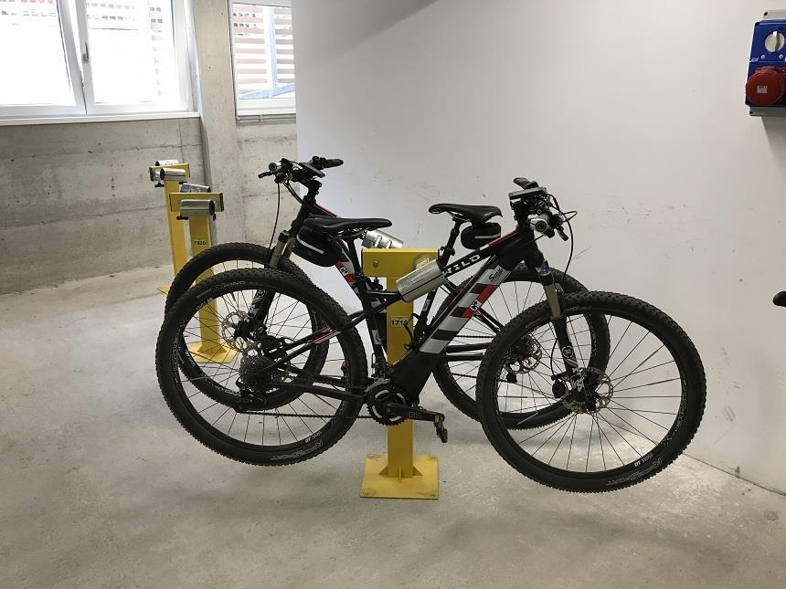 parkplatz und garage f r motorr der und fahrr der mit bikelock. Black Bedroom Furniture Sets. Home Design Ideas